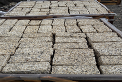 Đá cubic granite vàng 10x10x20cm